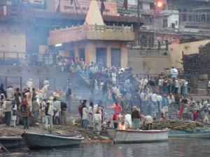 Escalinata del rio Ganges que sirve de crematorio