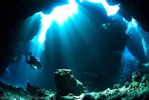 Una de las numerosas cuevas a bucear en el Mar Rojo