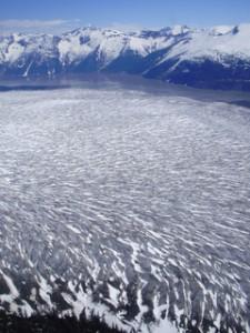Sobrevolando la lengua de un glaciar