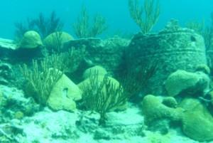 Arrecifes naturales y restos de naufragios se confunden