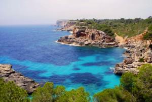 Calas de piedra y playas de arena ocupan la costa.
