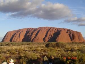 Uluru, la montaña roja sagrada de los aborígenes.