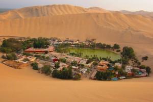 Laguna Huacachina, rodeada de dunas de arena.