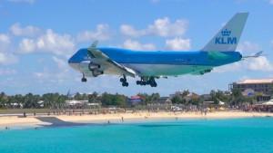 Avión sobrevuela la playa de Maho en Saint Martin.