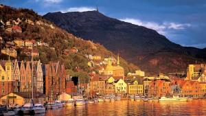 El pueblo de Bergen es escala en un crucero por los fiordos noruegos.