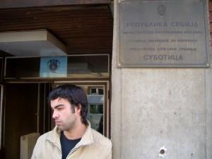 La cara de mi amigo al darse cuenta que le faltaba el pasaporte en la comisaria serbia.