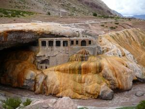 Los curiosos colores de minerales en el Puente del Inca.