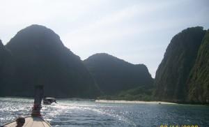 Entrada en long tail boat a la bahía.