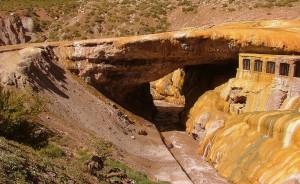 Tonos naranjas, amarillos y ocres cubren el Puente del Inca.