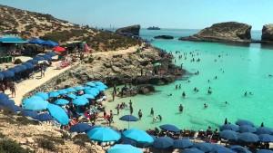 Aspecto de La Blue Lagoon Malta en verano.