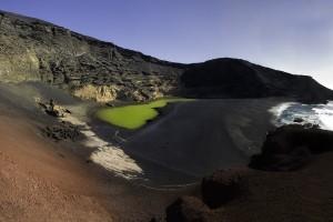 El paisaje volcánico de la isla visible en superficie.