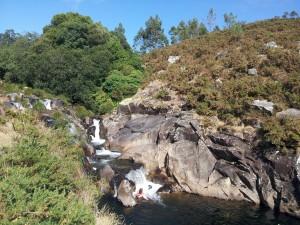 En verano es posible meterse bajo la cascada.