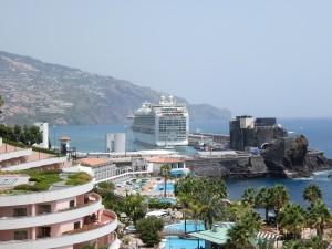 Crucero por Islas Canarias atracado en Funchal.