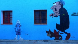 Personajes de Los Pitufos en las calles de Júzcar.