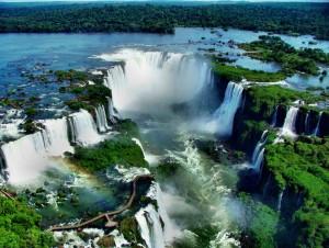 Vista aérea de las cataratas de Iguazú, entre Argentina y Brasil.