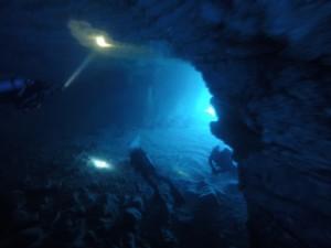 Explorar cuevas submarinas en Hawai.