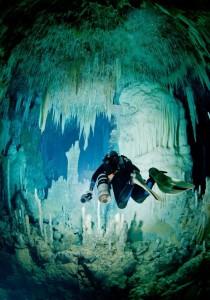 Buceo en cuevas en Bahamas.