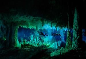 Impresionante buceo de cuevas en Bahamas.