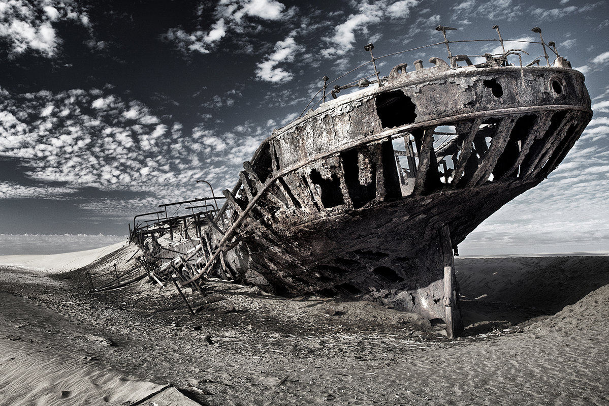Barcos hundidos en la playa.