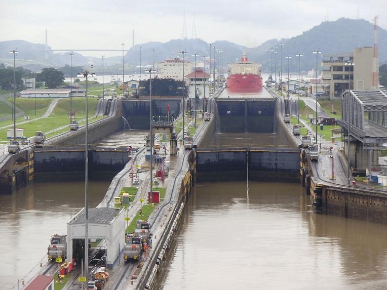 Numerosos barcos cruzan el Canal de Panamá.