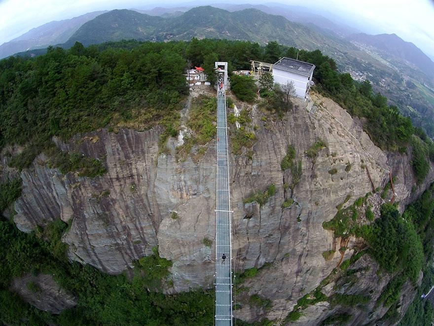 El puente de cristal másl alto del mundo en China.