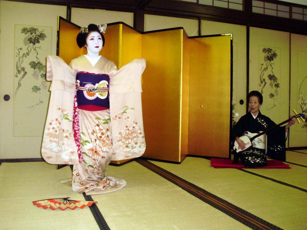 Geishas o maikos en el crucero asiático